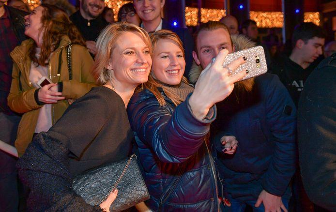 Goedele Wachters gaat met fans op de foto.
