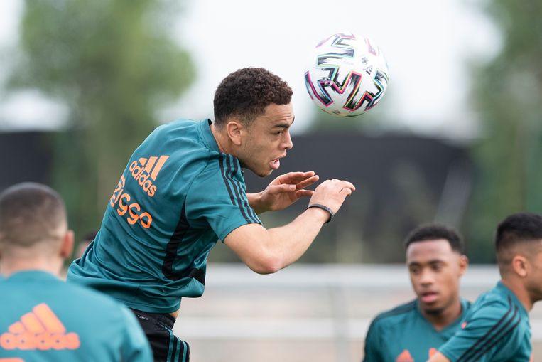 Toen hij nog wel op het trainingskamp in Doha was: Sergiño Dest kopt de bal. Beeld Ajax Images
