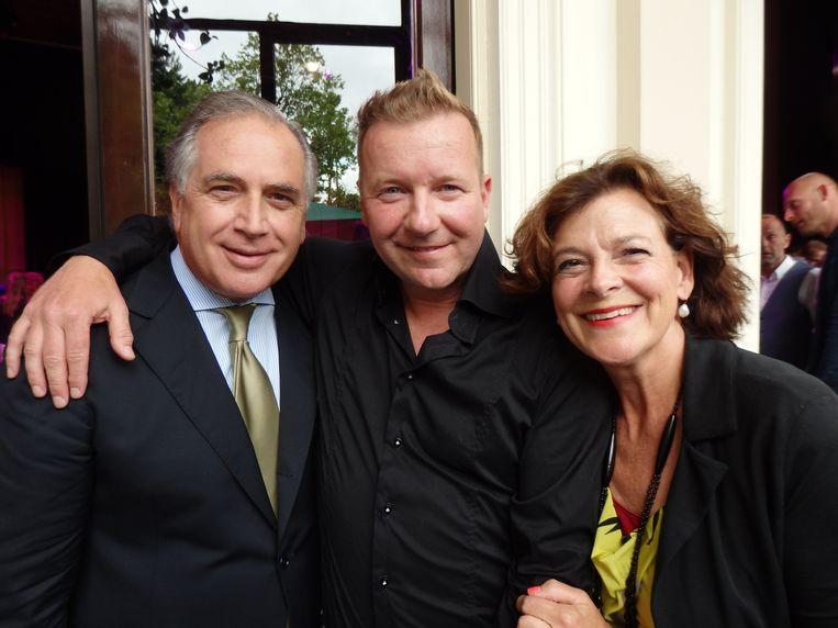 Met Hiltondirecteur Roberto Payer en pr-adviseur Marieke Klosters. Payer: 'Vanaf morgen weten we wie zijn echte vrienden zijn.' Beeld Schuim