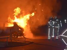 Twee auto's in Meppel in vlammen op, oorzaak onduidelijk