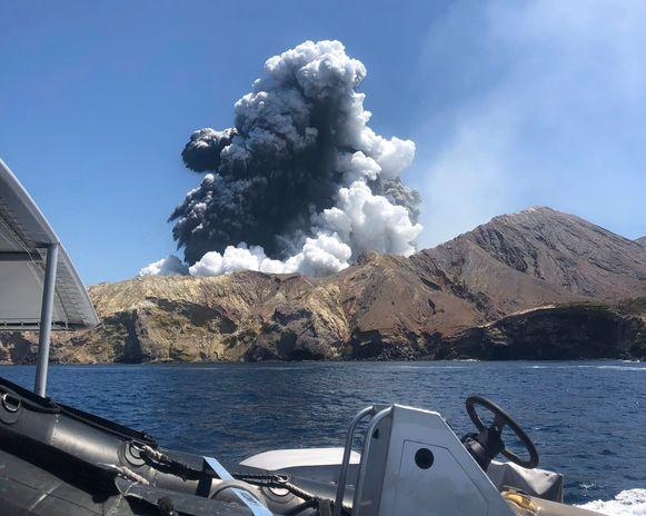 De uitbarsting op White Island gezien vanaf een boot.