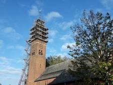 Torenspits voormalige kerk in Esbeek in de steigers