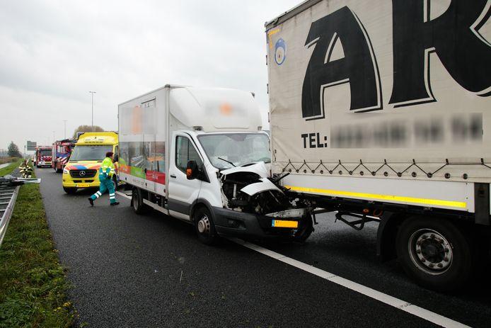 Verschillende hulpdiensten kwamen ter plaatse na het ongeluk.