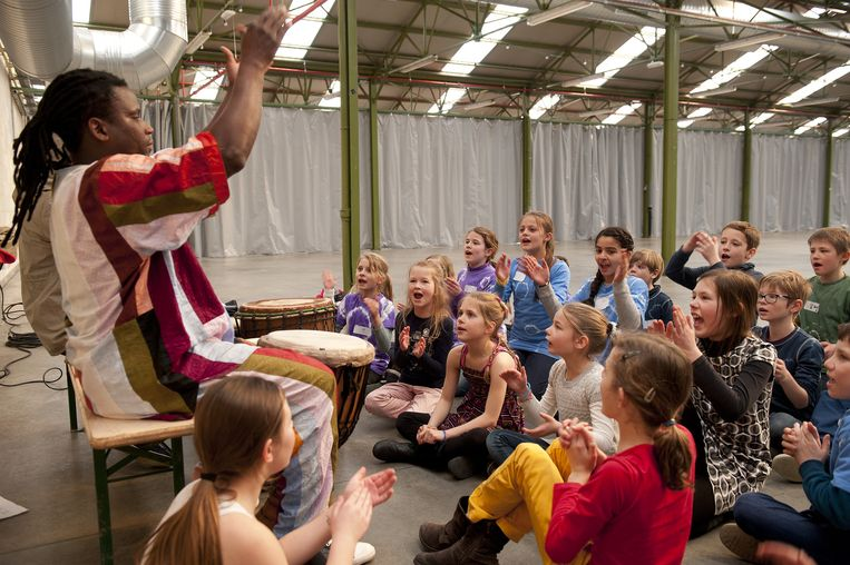 De leerlingen leven zich uit in een workshop Afrikaanse zang.