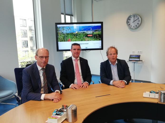 Ruud Dekkers (Obton), Wethouder Eugène van Mierlo en Marc van Velzen (SolarEnergyWorks) bij de start van de aanleg van het zonnepark aan de Aadijk in Almelo.