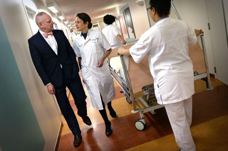 Hoogleraar Andrea Maier(37) met haar partner en ziekenhuisdirecteur Hans Meij (54). Beeld Marcel van den Bergh/de Volkskrant