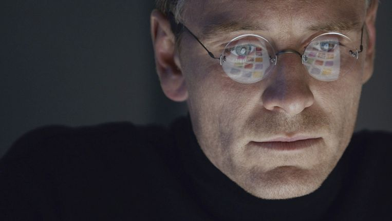 De fysieke gelijkenis is niet eens zo groot, maar Michael Fassbender beweegt en praat precies als Steve Jobs. Beeld Bouk Kriek