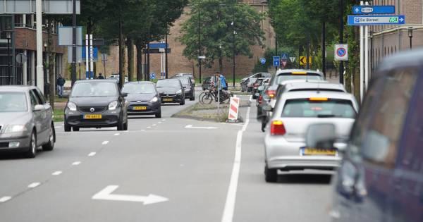 Ongeluk bij Vaassen zorgt voor forse vertraging op A50; ook rond Deventer staat het weer vast.