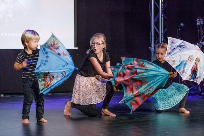 Fenne, Minne en Tobe laten op het podium in gemeenschapshuis De Trapkes hun danskunsten zien tijdens Sprundel Got Talent. FOTO MARCEL OTTERSPEER/PIX4PROFS