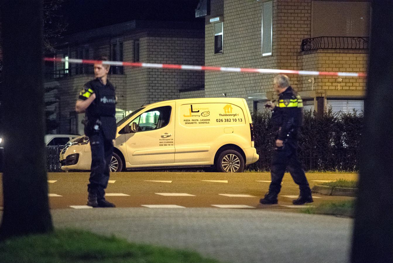 Politieonderzoek bij het busje na de overval met dodelijke afloop in Arnhem, donderdag.
