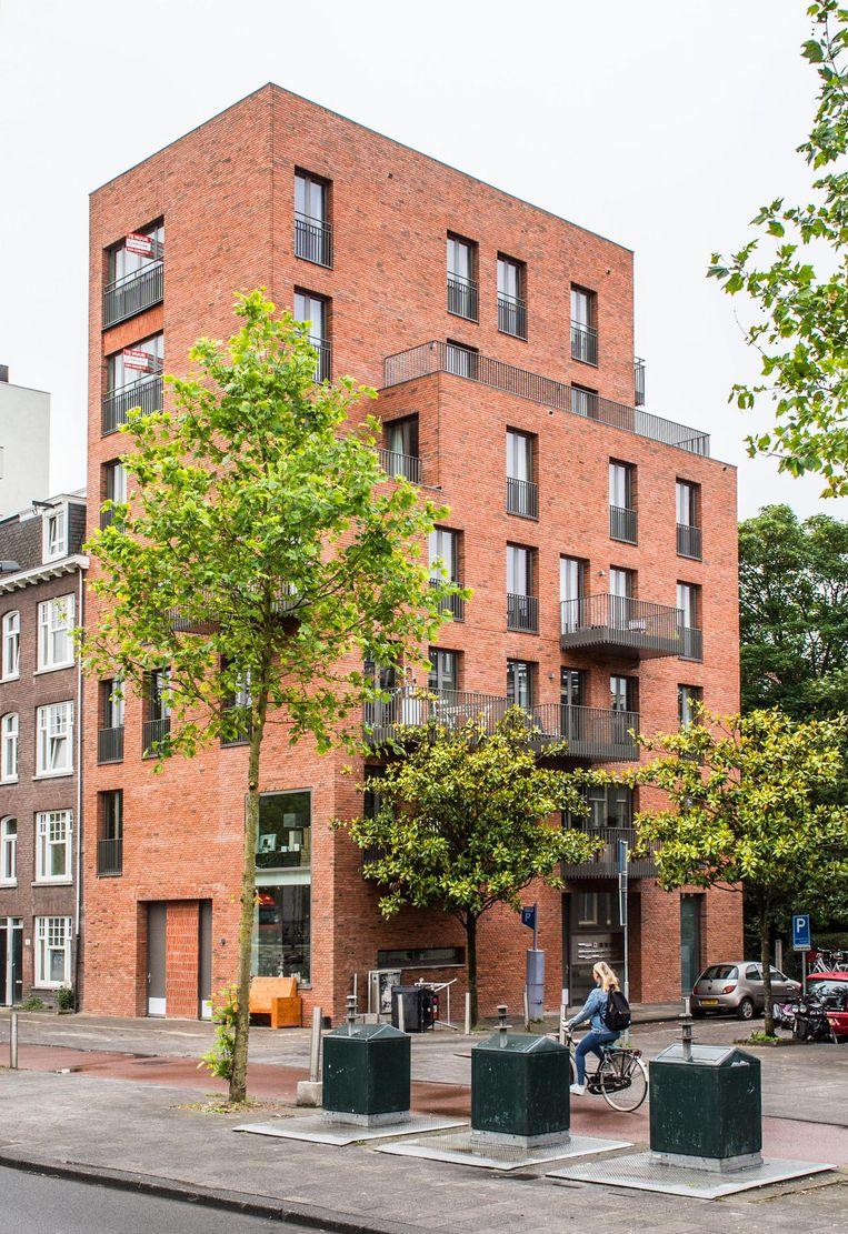 Het appartementencomplex op de hoek van de Grensstraat en de Wibautstraat in Oost. De balkons zijn een verplicht onderdeel Beeld Floris Lok