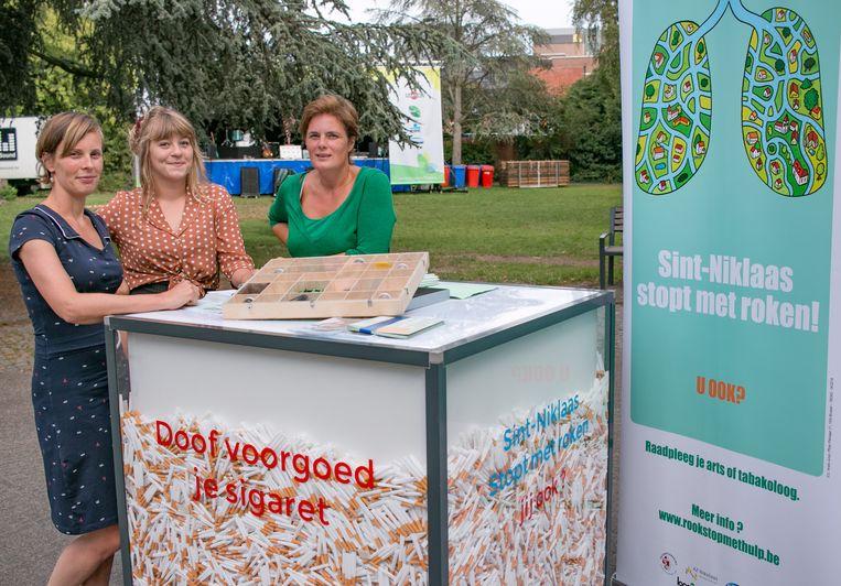 Fenne-Chien Huylebroeck van Logo-Waasland, Lotte Verbeke van de stadsdienst preventie en schepen Sofie Heyrman, bij de mobiele asbak.