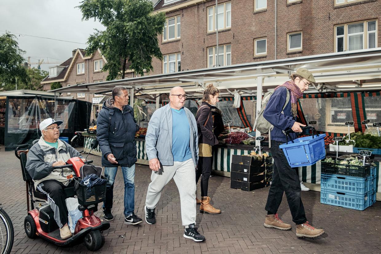 Op de Van der Pekmarkt doen Noorderlingen door elkaar heen de boodschappen. Beeld Jakob Van Vliet