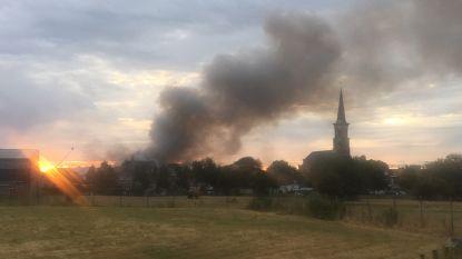 Grote rookwolk na brand industrieel complex in Tourcoing reikt tot in België