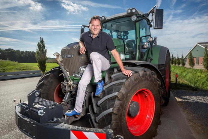 Toon Jennissen op de tractor bij zijn loonwerkersbedrijf in Den Dungen.