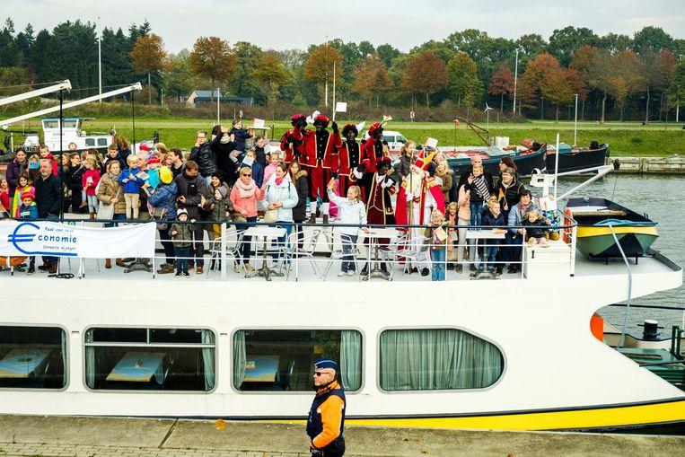 Zoals het Sinterklaas betaamt, kwamen hij en zijn gevolg aan per boot.