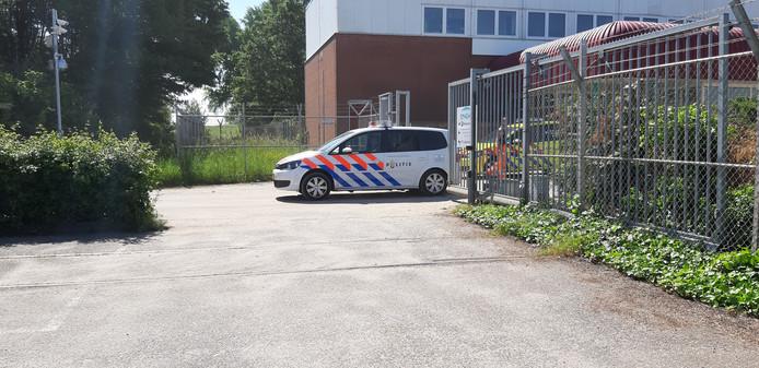 Een politiewagen rijdt weg bij de IJsselcentrale.