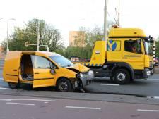 Bestuurster valt flauw na botsing met lantaarnpaal op Lijnbaan, bijrijder raakt gewond