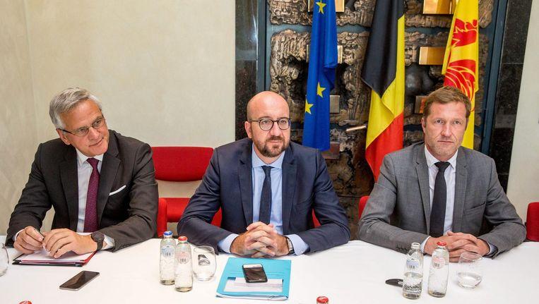De Belgische minister van Economische Zaken Kris Peeters, de Belgische premier Charles Michel en de Waalse minister-president Paul Magnette. Beeld epa