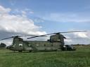 De Chinook maakte een voorzorgslanding in een weiland bij Velddriel.