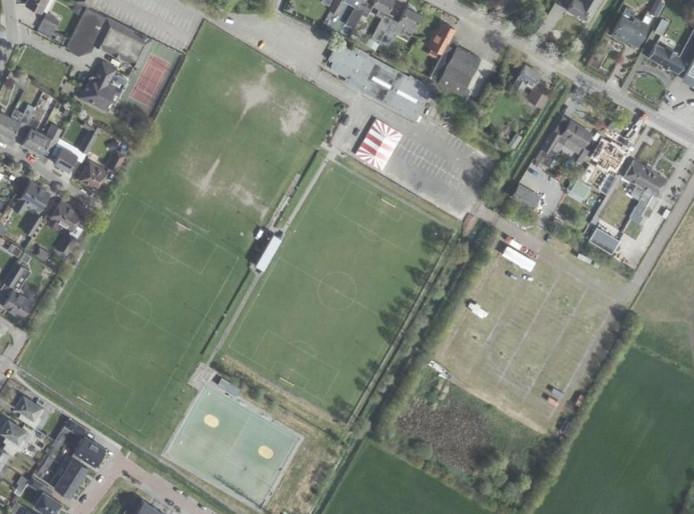 Sportpark De Hoef in Loosbroek. met in het midden het hoofdveld van voetbalclub WHV. Rechts daarvan het extra parkeerterrein van uitgaanscentrum Lunenburg. De tennisclub hoopte een plek te krijgen op dit sportpark. © Google Maps