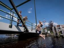 Lekker duiken in de rivier of plas? Zoveel poepbacteriën zitten er in jouw zwemwater