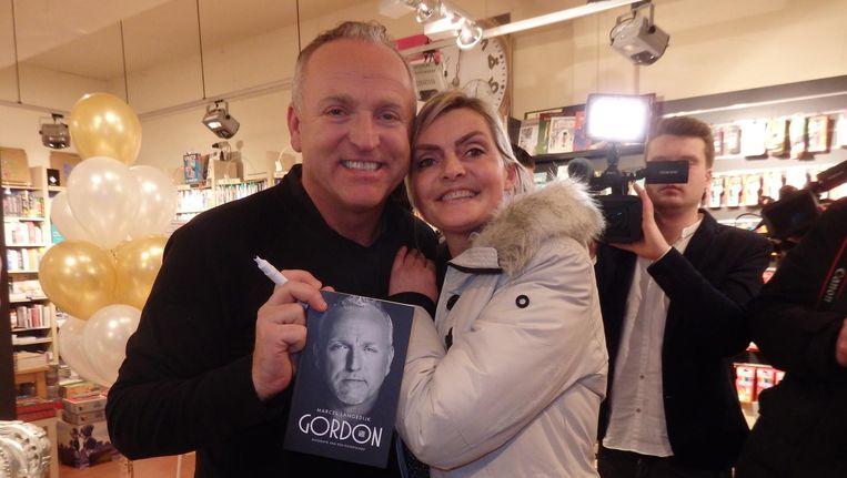 Gordon en fan Anita de Graaf. 'Kom maar, mensen. Kom maar, schatjes.' Beeld Schuim