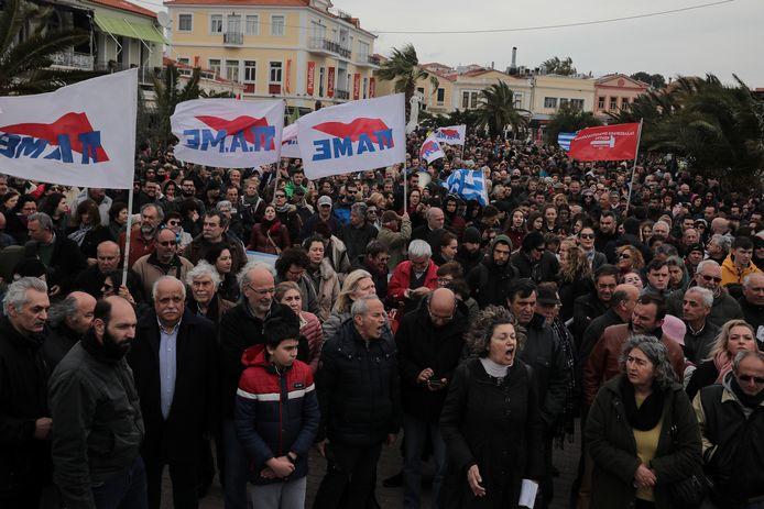 Inwoners protesteren tegen het vluchtelingenbeleid in Mytilene, de hoofdstad van Lesbos.