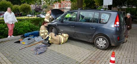 Brandweer demonteert auto om jong katje te redden