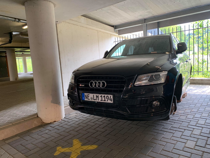 Ook van deze Audi in parkeergarage Meerhoven werden de wielen gestolen.
