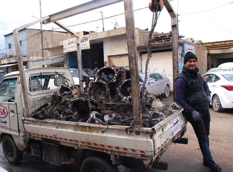 Een wagentje vol auto-onderdelen in de autobuurt van Erbil Beeld Judit Neurink