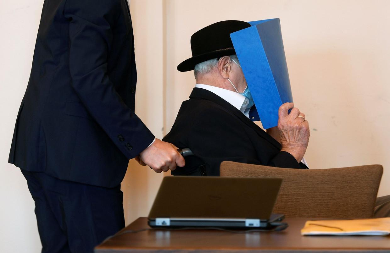 Bruno Dey verborg donderdag in de rechtbank zijn gezicht achter een map.
