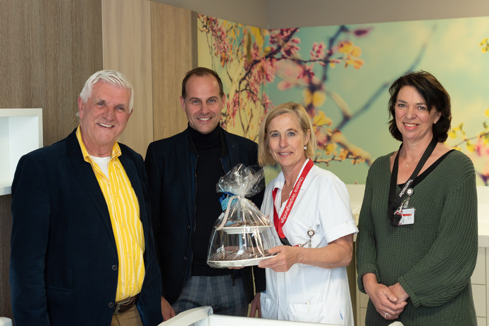 Vlnr Piet van den Kieboom (voorzitter Vrienden van Bravis), Maurice Baart (commercieel directeur van Engie),  Mirjam van Dam (obstetrie-verpleegkundige) en Tjaak Takens (teamleider MKC).