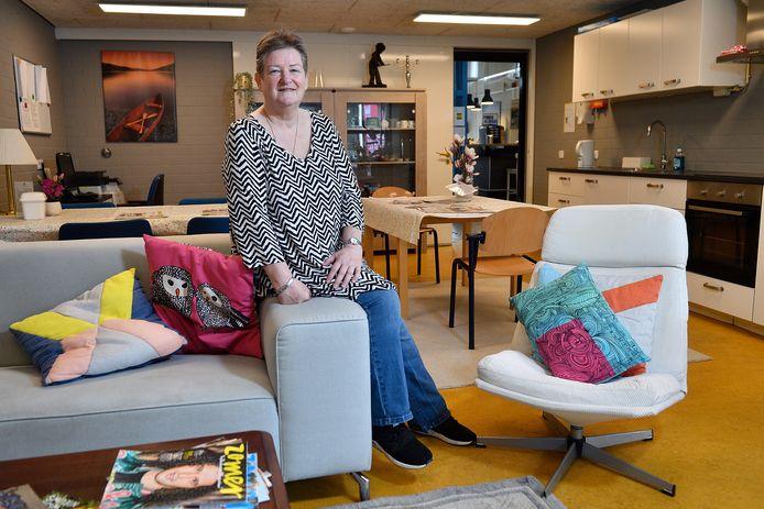 Margriet Guiver in de nieuwe huiskamer van wijkcentrum 't Middelpunt.