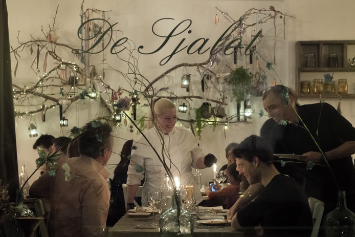 Sfeerbepalend bij De Sjalot zijn het aangename licht en de kaarsen op tafel.