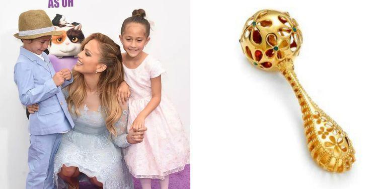 Jennifer Lopez en haar kinderen. Rechts: een soortgelijke rammelaar.