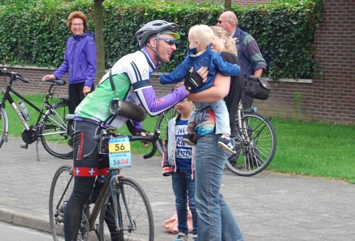 Een fietser wordt door familieleden begroet. Eigen foto