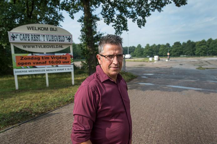 Alfons Valk, eigenaar van wegrestaurant 't Vliegveld in Hulten, voor de parkeerplaats waar 120 vrachtwagenchauffeurs kunnen overnachten. Foto Ron Magielse/Pix4profs
