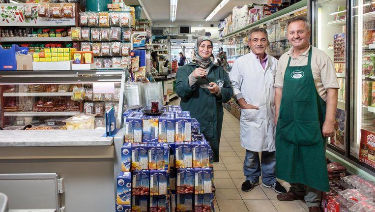 Eigenaar Hüseyin Akbiyik (rechts op de foto): 'De klanten voelen als broers en zussen voor mij' Beeld Het Parool