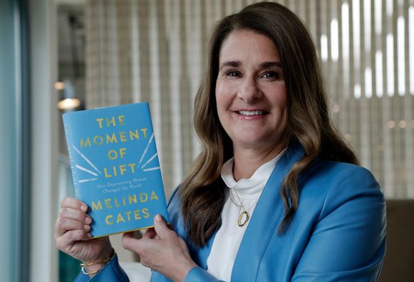 Melinda Gates met haar nieuwe boek 'The Moment of Lift'.
