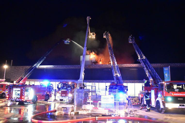 Flink wat ladderwagens werden opgesteld om ook vanuit de hoogte de brand te kunnen blussen.