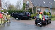 Auto belandt op dak, bestuurster gekneld maar ongedeerd