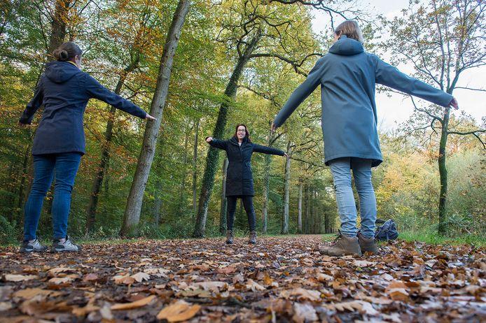Pix4Profs-Ron Magielse Wandelcoach Ingrid Romme (midden) van het bedrijf Chapter You in Etten-Leur tijdens een tussenstop in het Liesbosch, waarin ze enkele oefeningen doet met haar cursisten.