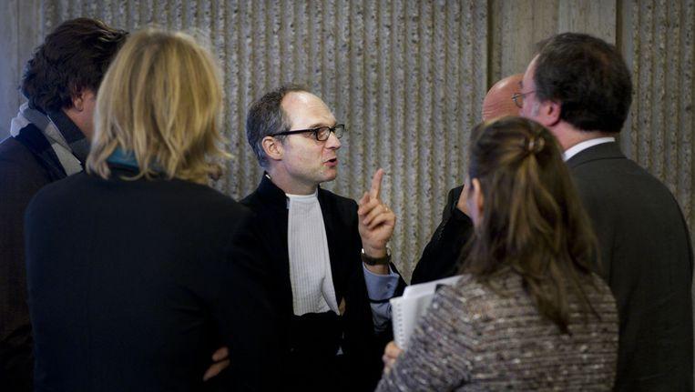 Advocaat Christiaan Alberdingk Thijm in gesprek met cliënten. Beeld anp