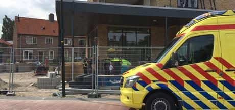 Man valt van steiger op bouwplaats in Zutphen