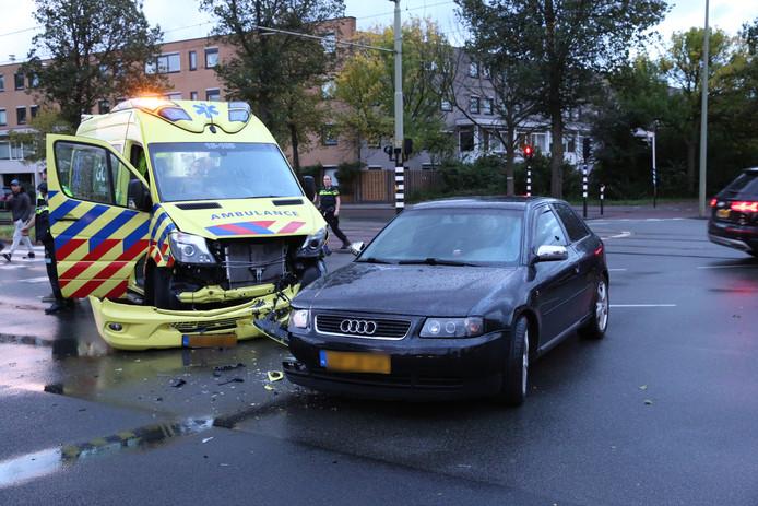 Ambulance klapt op auto op Groen van Prinstererlaan.