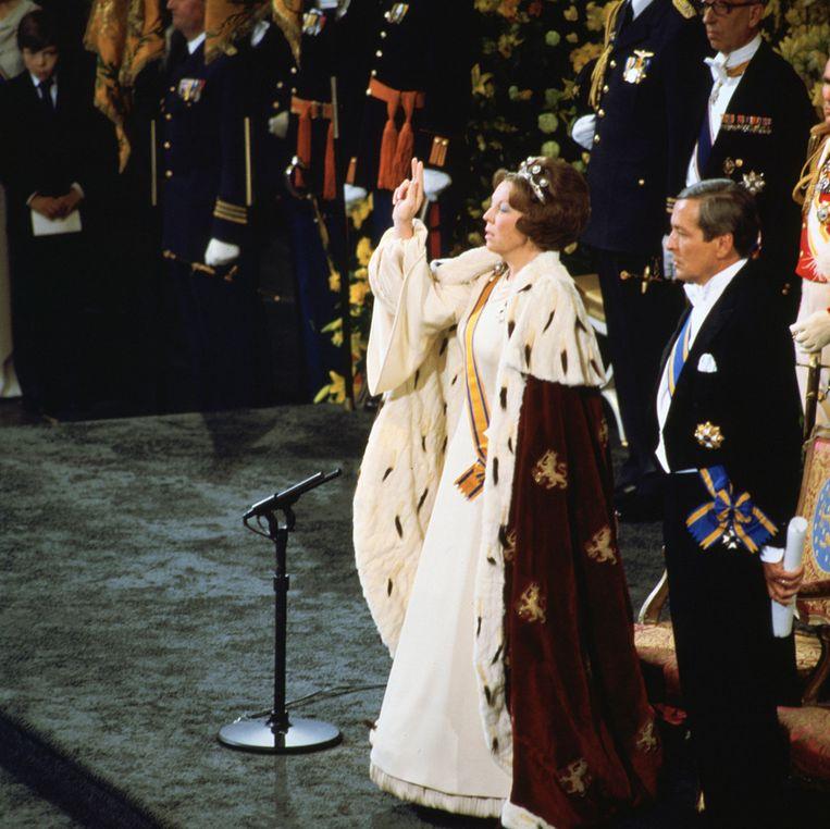 Koningin Beatrix legt de eed op de grondwet af in de Nieuwe Kerk in Amsterdam in 1980. Beeld anp