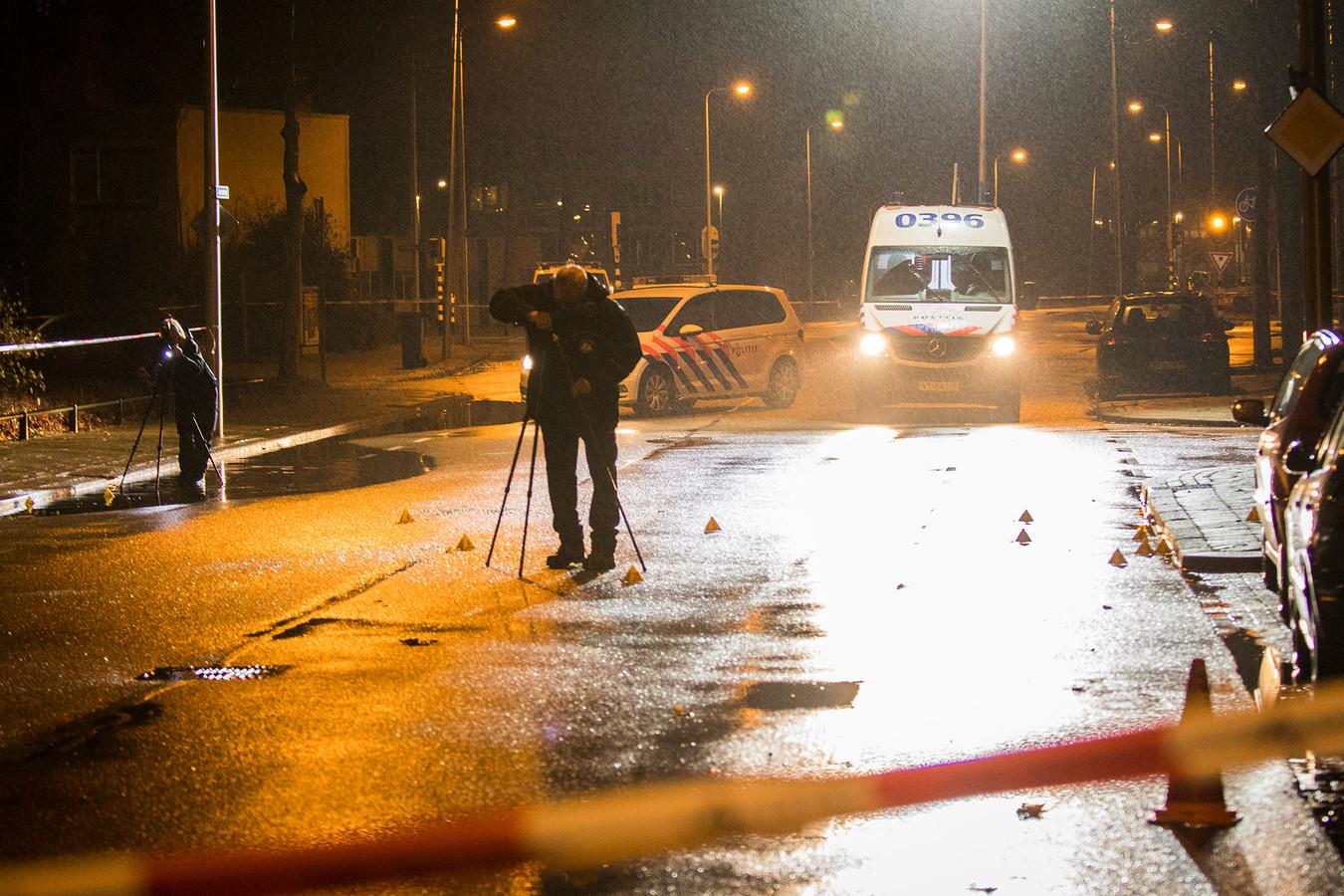 Forensisch onderzoek na de liquidatiepoging op Mohammed Razzouki in de Utrechtse wijk Overvecht.