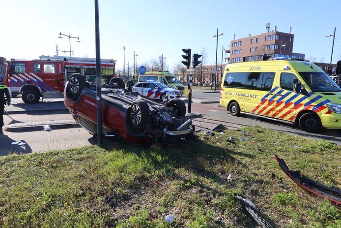 Auto belandt op zijn kop bij ongeluk in Eindhoven.