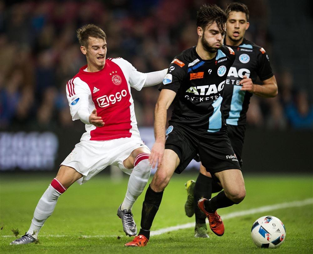Robin Pröpper in duel met Václav Černý van Ajax. Foto: ANP